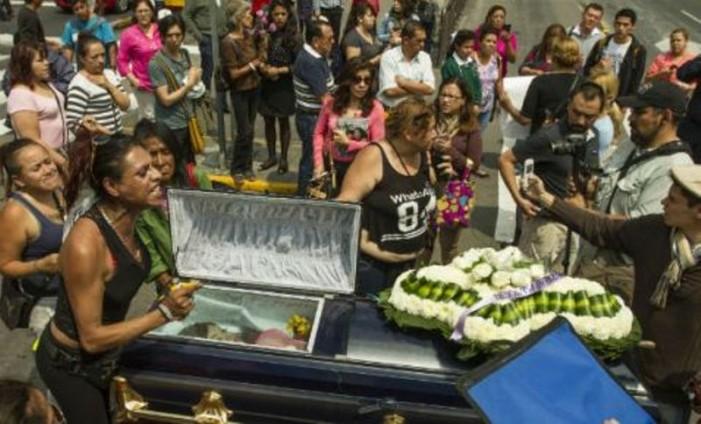 Con el cuerpo de mujer trans sobre Insurgentes exigieron justicia