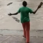 "Mujer ahuyenta a cocodrilo con ""chancla"" (video)"