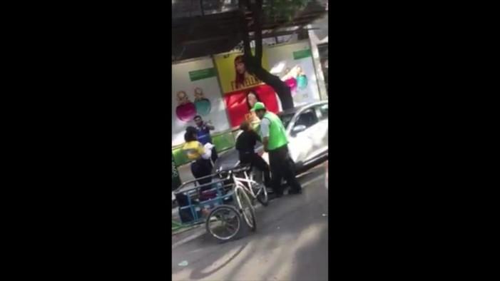Mujer agrede a trabajadores de Parquímetros para evitar infracción (video)