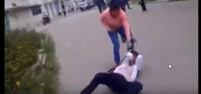 Señora golpea a una estudiante de bachillerato que molestó a su hija
