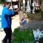 Pese a reclamos, mujer tira basura en zona de juegos infantiles (video)