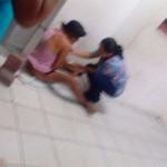 Mujer tiene a su bebé en el piso; le negaron atención por 'drogadicta'