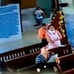 Hombre roba bolsa a mujer dentro de una Iglesia (video)