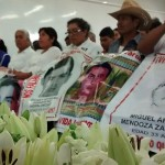Padres de Ayotzinapa reconocidos por labor de búsqueda y memoria