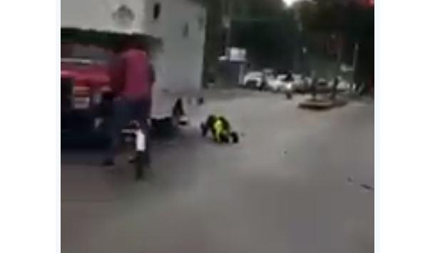 Agente de tránsito es arrollado por un camión