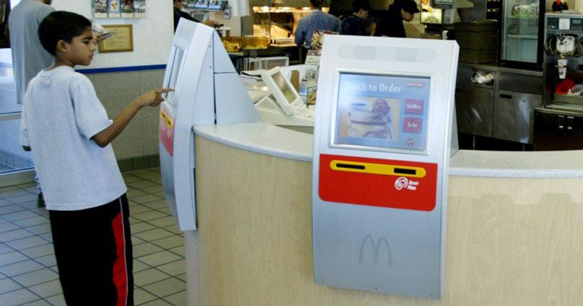 15 dólares la hora McDonald's reemplaza a trabajadores con máquinas