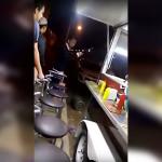 Lord Harry Potter amenaza a vendedor de hamburguesas (Video)