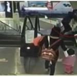 Bebé cae de los brazos de su abuela desde escalera eléctrica