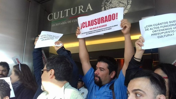 Comunidad artística 'clausura' la Secretaría de Cultura en varios estados