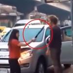 Con machete en mano, hombre es obligado a subir a automóvil por una mujer