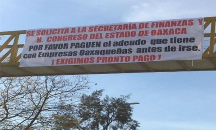 Balconean a gobierno de Oaxaca, piden pagos con mantas en puentes