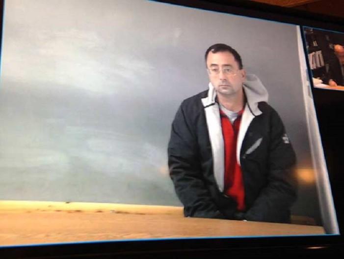 Ex médico de gimnastas sería condenado a cadena perpetua por abusar de menor