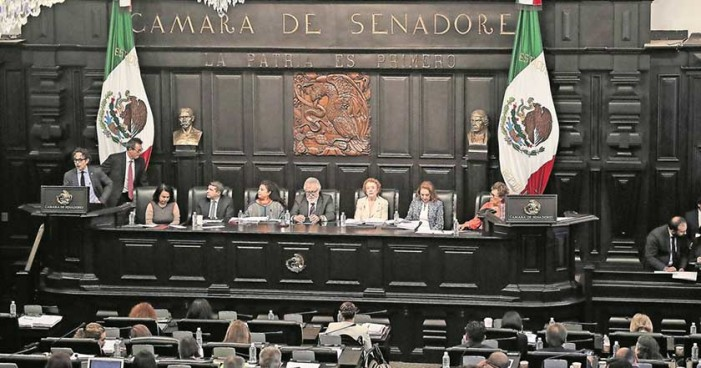 Senado pide renuncia a edecanes que denunciaron acoso sexual