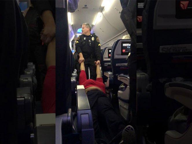 Hace berrinche en avión y la sacan a rastras (video)