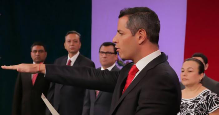 Murat rinde protesta como gobernador de Oaxaca de madrugada y en sede no oficial