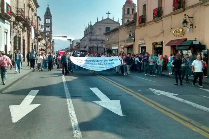 Profesores de la Universidad Michoacana exigen pago de aguinaldo