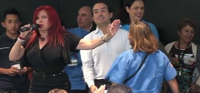 Senadores celebran bailando reggaetón y 'regalando' televisores y electrodomésticos