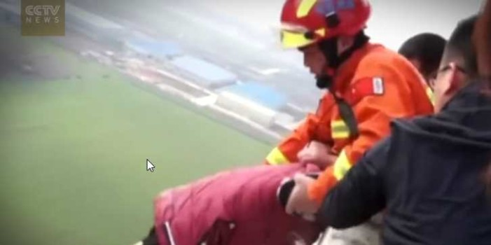 """Salvan a joven que intentó saltar de edificio por """"graves problemas"""""""