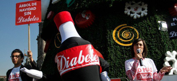 Crisis de diabetes en México y la CDMX vuelve al Zócalo un comercial de Coca-Cola