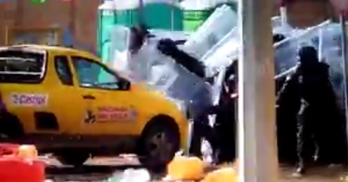 Camioneta embiste cerco policiaco durante desalojo en Rosarito