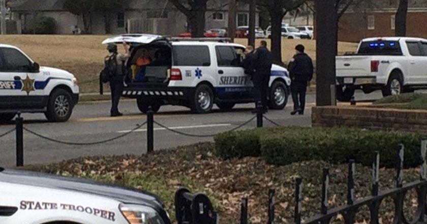 Sujeto armado toma rehenes en banco de Alabama
