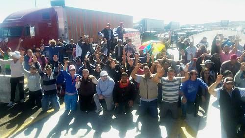 Cantando el Himno Nacional, en Chihuahua evitan desalojo de protesta contra gasolinazo