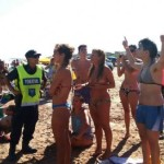 20 policías expulsan a 3 mujeres por tomar el sol en topless en playa argentina