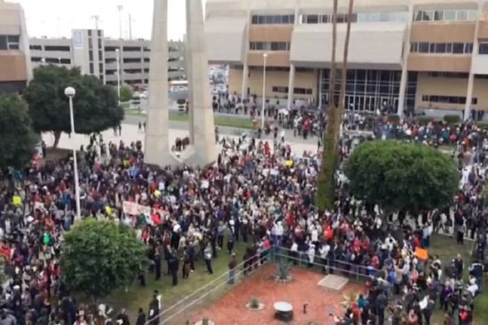 Marchan en Baja California contra el aumento a las gasolinas y la privatización del agua