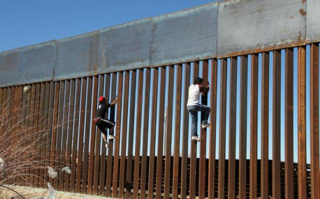 Republicano propone impuesto del 2% a las remesas para pagar el muro