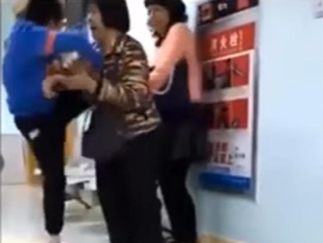 Niño golpea a su madre por quitarle el celular (video)