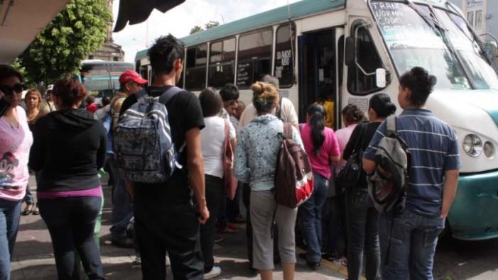 Los mexicanos pasan casi 4 años de su vida en transporte: Especialistas