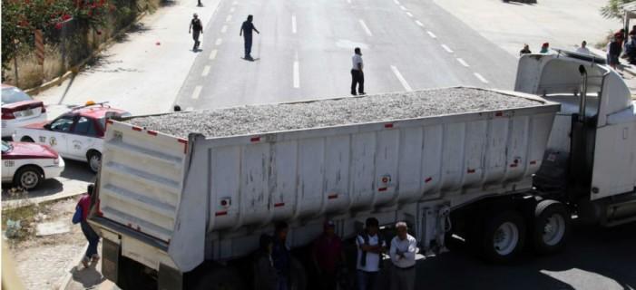 SCT amaga con revocar permisos a transportistas que bloqueen carreteras