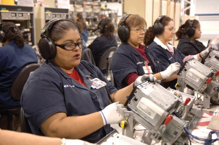 Mexicanas trabajan más, pero ganan menos, revela estudio