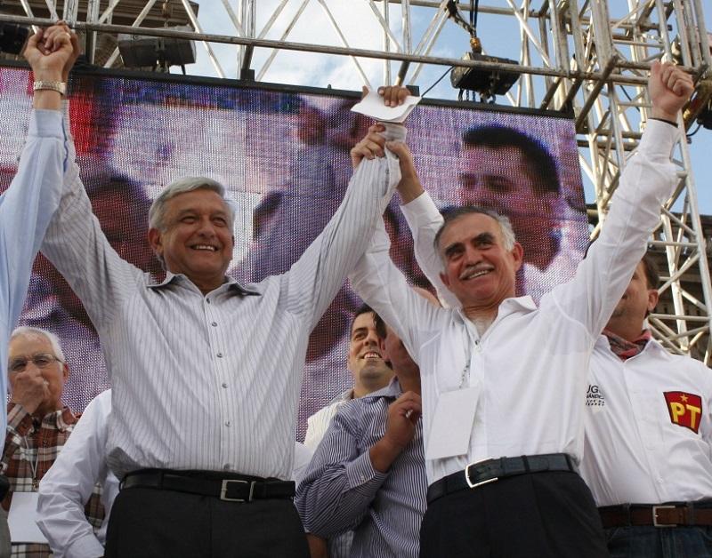 MONTERREY, NUEVO LEÓN, 20JUNIO2012.- Andrés Manuel López Obrador, candidato presidencial por los partidos PT, PRD, Y Movimiento Ciudadano, llevó a cabo su cierre de campaña oficial en la ciudad ante miles de simpatizantes, entre los asistentes al evento estuverion varios candidatos locales por los diversos partidos, así como el empresario regiomontano Alfonso Romo, quien es considerado uno de los principales soportes económicos en la camapaña de AMLO. FOTOS: PEDRO KRISTIAN LÓPEZ / CUARTOSCURO.COM