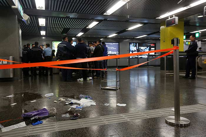 Intento de suicido en metro Hong Kong con bomba incendiaria, deja 17 heridos (video)