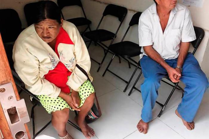 Obligan a campesinos quitarse sus sandalias para no 'ensuciar' piso de alcaldía de Bacalar