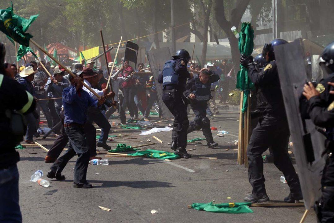 (170201) -- CIUDAD DE MEXICO, febrero 1, 2017 (Xinhua) -- Campesinos se enfrentan con elementos de la SecretarÌa de Seguridad P˙blica de la Ciudad de MÈxico a raÌz de una protesta, en la avenida Paseo de la Reforma, a la altura de la Glorieta de ColÛn cerca de las instalaciones del Senado de la Rep˙blica, en la Ciudad de MÈxico, capital de MÈxico, el 1 de febrero de 2017. Campesinos que realizaban un bloqueo al transito durante una protesta contra el alza de la gasolina se enfrentaron con granaderos cerca de las instalaciones del Senado de la Rep˙blica, de acuerdo con informaciÛn de la prensa local. (Xinhua/Fernando RamÌrez) (fr) (jg) (ah)