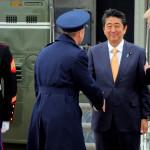 """Trump """"no quería soltar"""" la mano del primer ministro japonés (video)"""