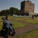 Joven con discapacidad motriz se titula en la UNAM con mención honorífica