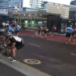 Cancelan carrera por fuertes vientos que arrastran a los ciclistas (Video)