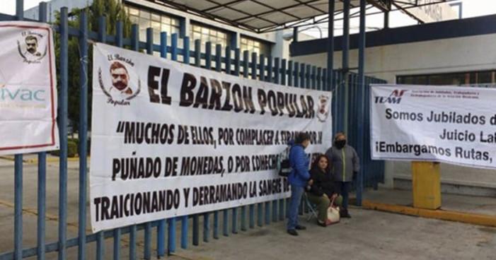 Jubilados de Mexicana de Aviación instalan plantón para exigir pagos