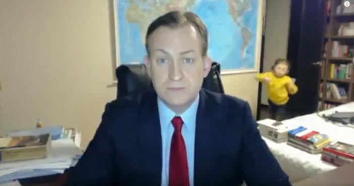 Niños interrumpen entrevista de BBC, video se hace viral