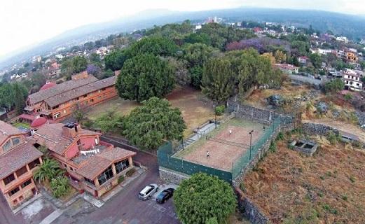 Obispo construye su cancha de tenis de $1 millón sin pagar impuestos