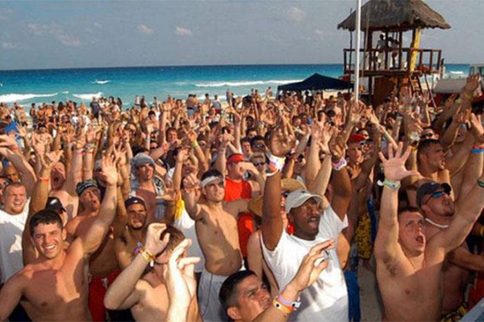 Spring breakers cantan 'construyan el muro' en Cancún
