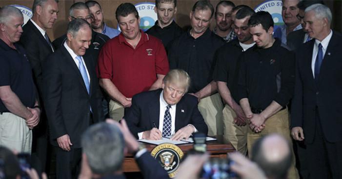 Trump firma orden ejecutiva que revierte medidas contra calentamiento global