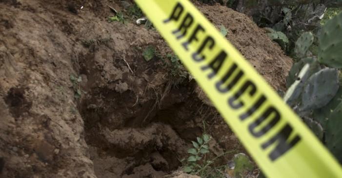 Hallan dos cuerpos en fosa clandestina en Tlapa, Guerrero