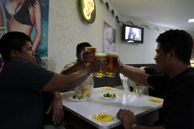 Mexicanos toman en promedio 366 cervezas al año