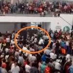 Cae pantalla gigante en entrega de despensas en Ecatepec; hay heridos graves (video)