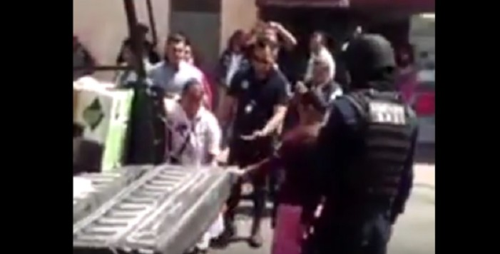 Arresta grupo de policías a un par de niñas por vender dulces en Toluca