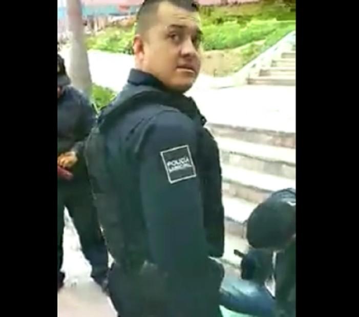 Policías de Tijuana arrestan a migrante por no 'dar mochada' (VIDEO)